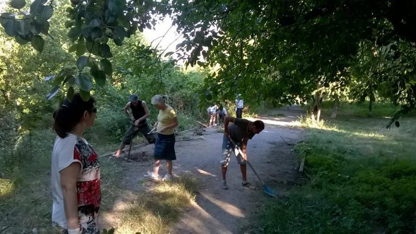 снимка 15 Защитниците на парк Бедечка почистиха алеите на парка (СНИМКИ)