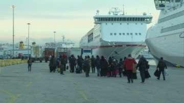 Около 3350 мигранти и бежанци днес са пристигнали на пристанище Пирея