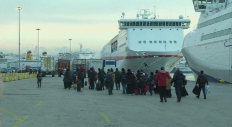 около 3350 мигранти бежанци пристигнали пристанище пирея