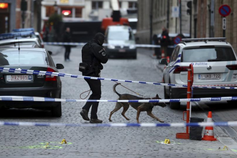 Полицай е бил нападнат тази сутрин с нож в центъра