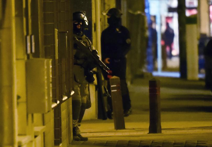 снимка 2 Полицейска акция в Брюксел, търсят заподозрени за атентатите в Париж