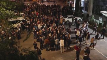 Демонстранти блокираха националната телевизия в Белград, за да не влезе Вучич