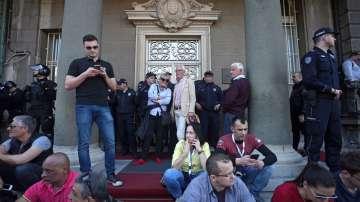 Жива верига около президентството в Белград, Вучич е обграден