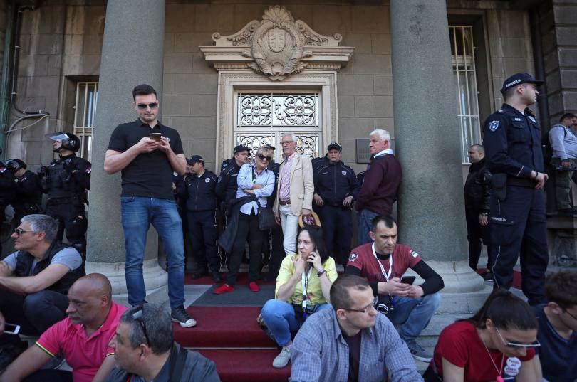 """Протестиращите в Белград започнаха да правят """"жива верига"""" около сградата"""