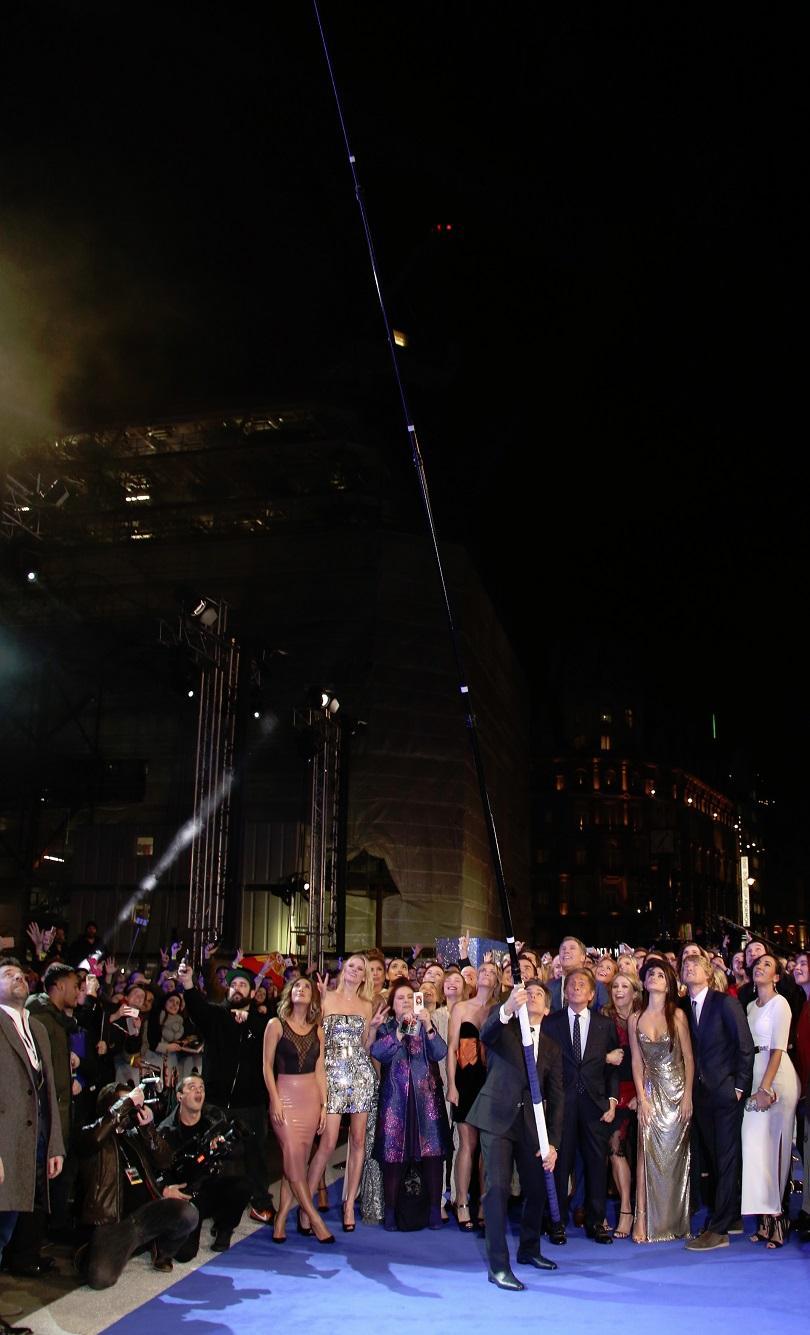 снимка 2 Актьорът Бен Стилър постави рекорд на Гинес за най-дълъг селфи стик