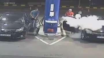 Служител от бензиностанция гаси цигара на клиент с пожарогасител