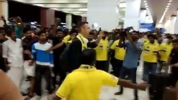 Стотици фенове посрещнаха Бербатов в Индия (ВИДЕО)