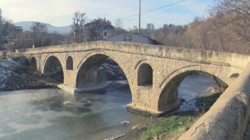 Проверяват кой укрепи с бетон моста на Колю Фичето