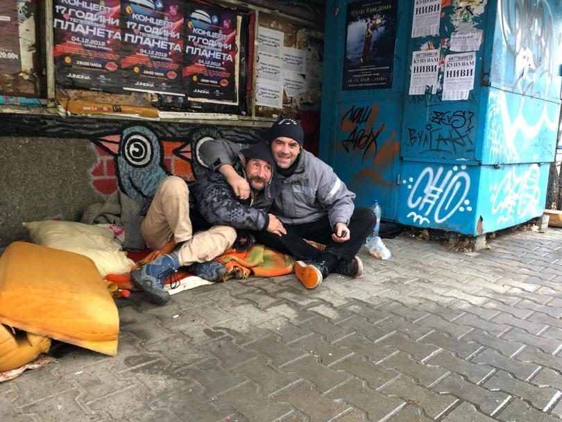 бездомниците тел авив получават храна ресторантите