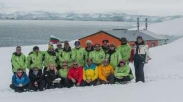 Президентът връчва знамето на участниците в 25-ата антарктическа експедиция