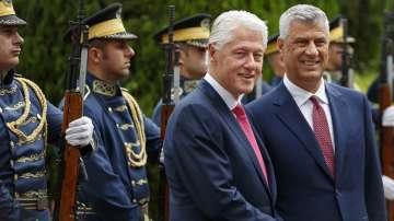 Бил Клинтън пристигна в Прищина за 20-ата годишнина от края на войната в Косово
