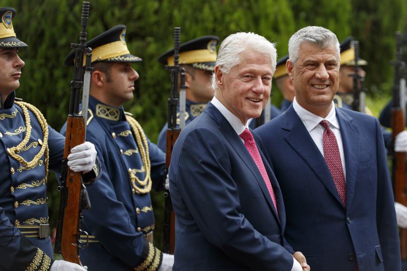Бившият американски президент Бил Клинтън пристигна в Прищина по случай