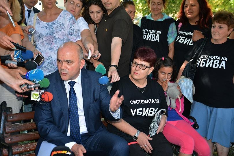 Социалният министър Бисер Петков отново се среща майките на деца