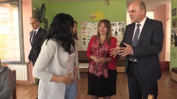 Бисер Петков посети център за настаняване в Кюстендил