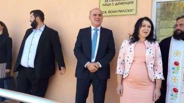 Министър Петков откри два нови центъра за възрастни хора в Долна Баня