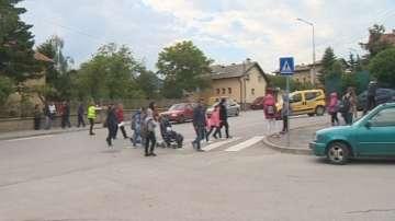 Родители от Бистрица продължават да дежурят на пътя, за да пазят децата си