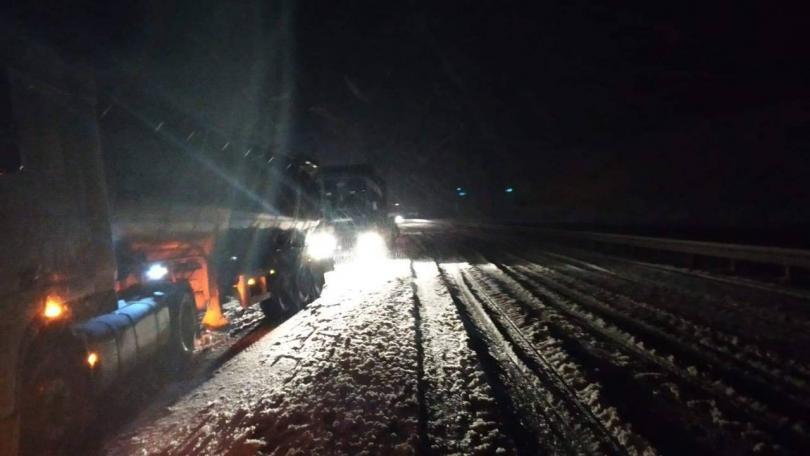Затруднена е обстановката по пътищата на Благоевградска област заради снеговалежа.
