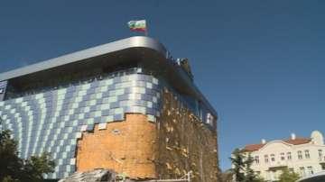 Разследват причините за падането на фасадата на мола в Благоевград