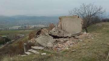Момче почина след удар от паднала плоча на необитаема сграда в Благоевград