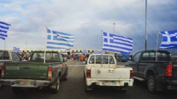 Блокадите на границата с Гърция продължават
