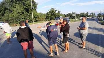 Пътят Сливен - Ямбол остава затворен от протестиращи свиневъди