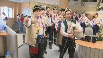Коледари от ансамбъл Българе поздравиха БНТ за празниците