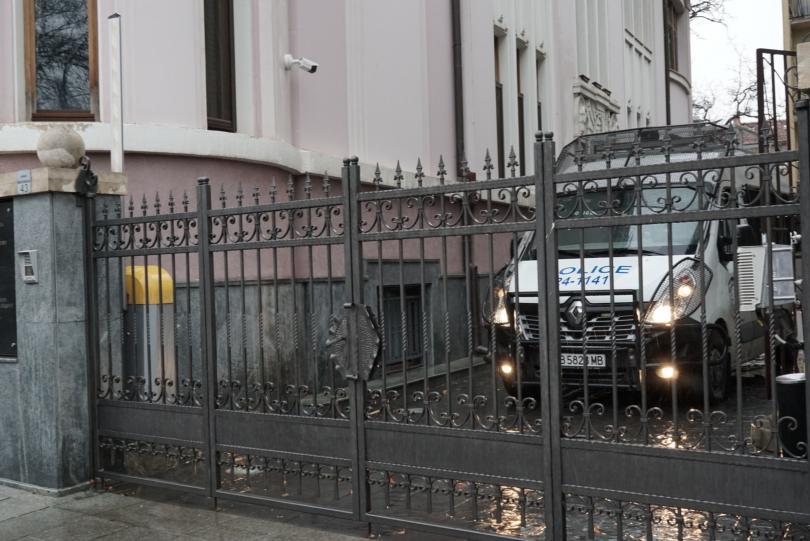 Засилено полицейско присъствие има пред сградата на