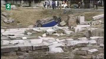 Кола се обърна в археологически обект в Пловдив