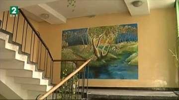 Ученик разкрасява стените на общежитието си с картини