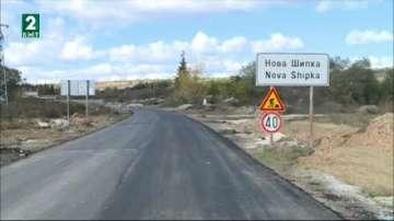 Тежкотоварни коли рушат пътища и къщи в село Нова Шипка