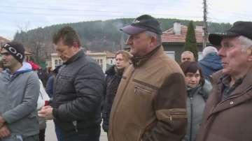 Жителите на Бобов дол протестират, не искат камиони да преминават през града