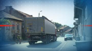 Жители на Бобов дол недоволстват от преминаването на камиони през града