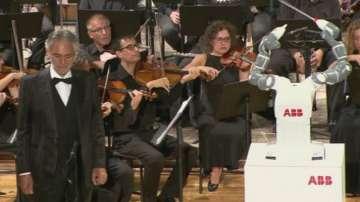 Андреа Бочели пя под диригентството на робот