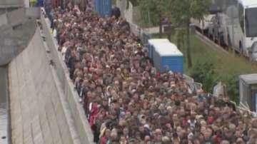 Хиляди богомолци чакат с часове да се поклонят пред мощите на Свети Николай