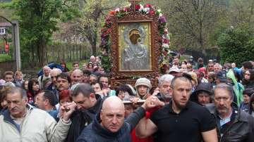 Стотици миряни се включиха в шествие с чудотворната икона на Света Богородица
