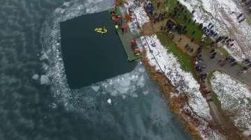 Ваденето на кръста от езерото Дружба, заснето с дрон