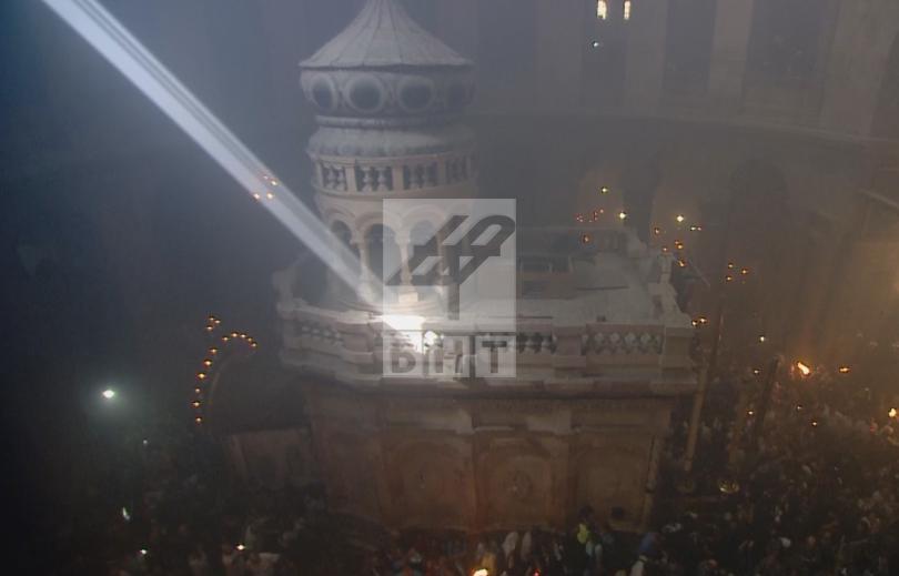 снимка 2 Благодатният огън слезе от небето в църквата на Божи гроб (ВИДЕО / СНИМКИ)