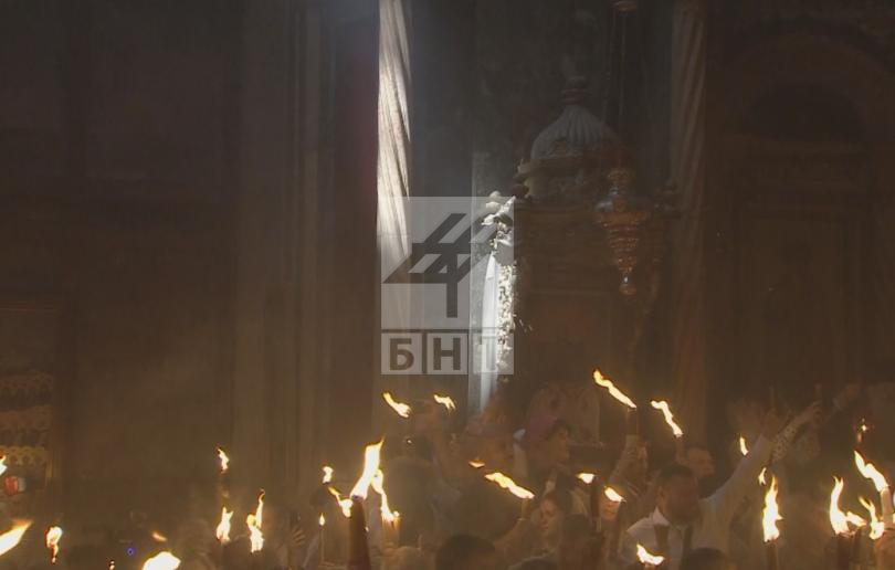 снимка 1 Благодатният огън слезе от небето в църквата на Божи гроб (ВИДЕО / СНИМКИ)