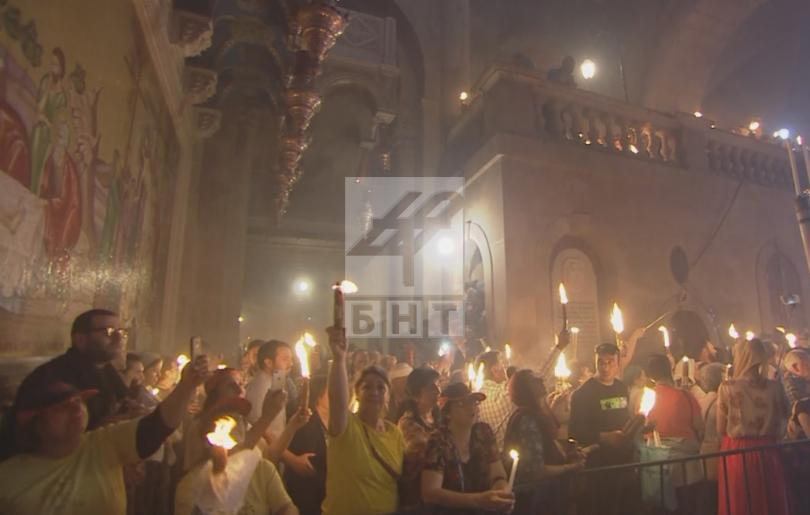 снимка 3 Благодатният огън слезе от небето в църквата на Божи гроб (ВИДЕО / СНИМКИ)