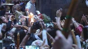 Благодатният огън слезе от Небето в църквата на Божи гроб (СНИМКИ и ВИДЕО)