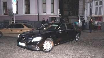 Разследващи запечатаха и репатрираха луксозни коли от офиса на Васил Божков