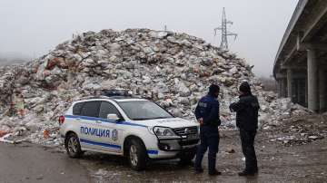Собственикът на депото за отпадъци край Дупница се предаде в полицията