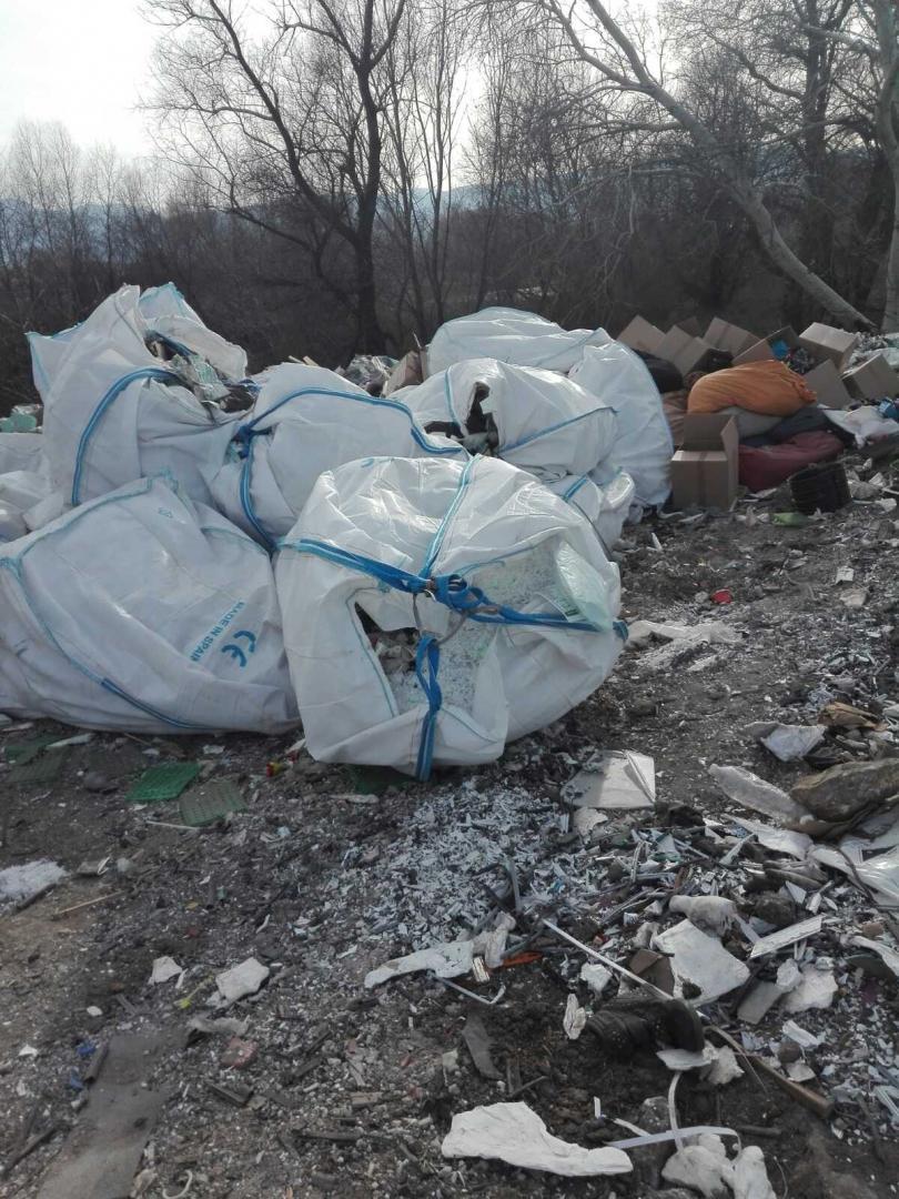 снимка 10 Откриха тонове боклук от Испания в коритото на река Чая край Катуница (СНИМКИ)