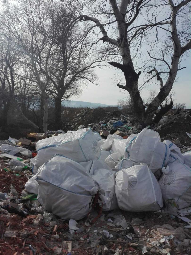 снимка 7 Откриха тонове боклук от Испания в коритото на река Чая край Катуница (СНИМКИ)