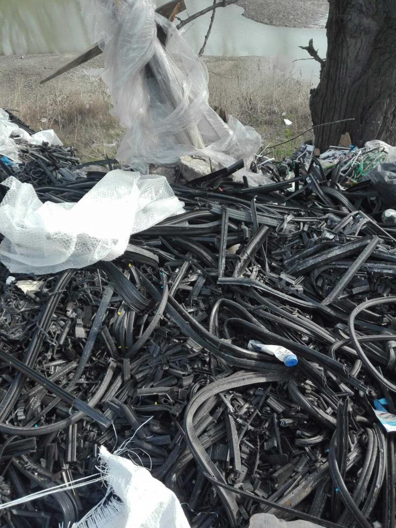 снимка 8 Откриха тонове боклук от Испания в коритото на река Чая край Катуница (СНИМКИ)