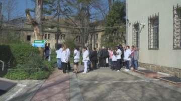 Служители на болницата в Овча купел излязоха на протест