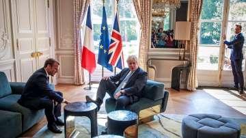 Критики към Борис Джонсън заради крак върху масата при срещата с Макрон
