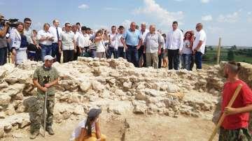 Премиерът Бойко Борисов посети могилата Мал тепе край село Маноле (СНИМКИ)