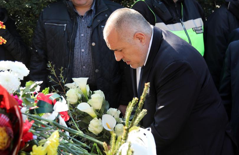 снимка 1 Премиерът Борисов поднесе цветя пред паметника на Левски в столицата