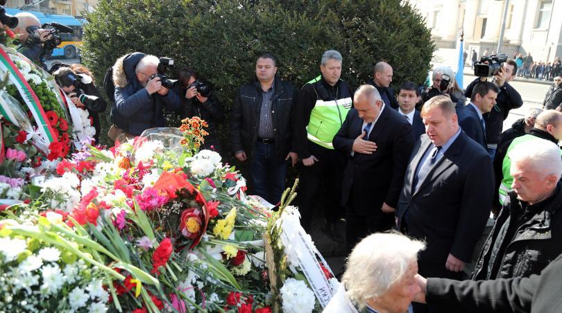 снимка 2 Премиерът Борисов поднесе цветя пред паметника на Левски в столицата